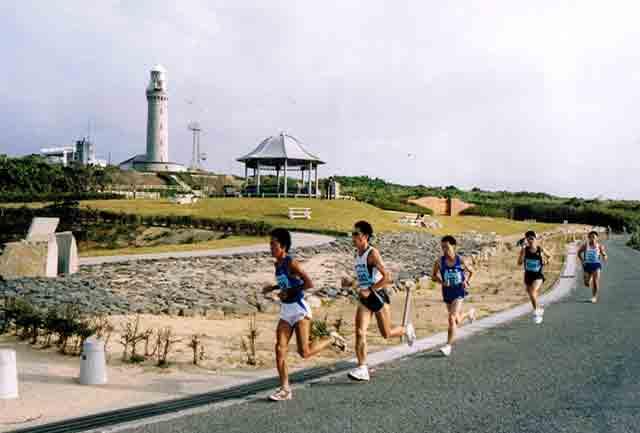 角島灯台前を走る