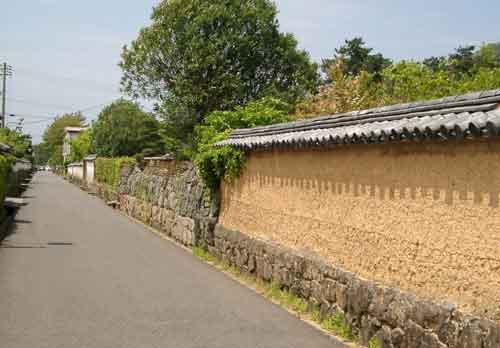 土塀の残る街並み