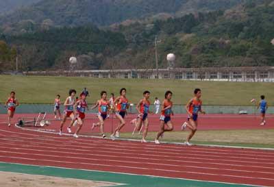 3000mを走るカネボウの選手ら