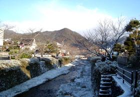 雪の一の坂川と五重塔