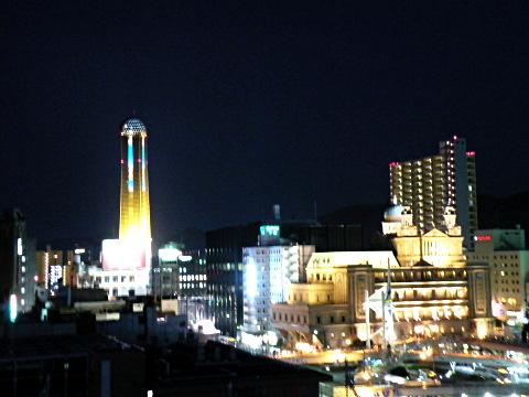 ホテルの部屋から見る海峡ゆめタワーと下関駅