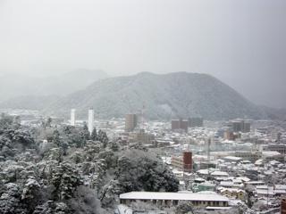 朝、すっぽり雪に包まれた山口市街