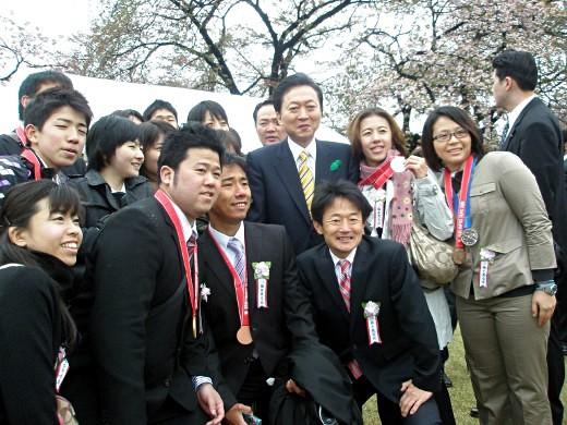 鳩山首相を囲んで