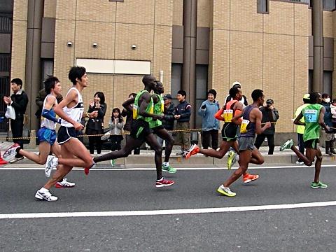 2011年びわ湖毎日マラソントップ集団 中央キプサング選手、後ろ中本選手