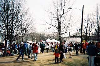 ホプキントンのスタート地点に集まる選手・応援者ら