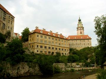ヴルタヴァ川沿いに立つチェスキー・クルムロフ城