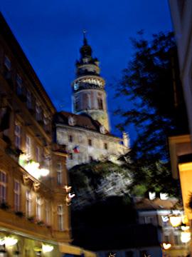 夜に浮かぶ城の塔