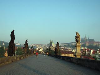 カレル橋に立ち並ぶ聖人像