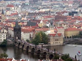 プラハ城から見下ろすカレル橋