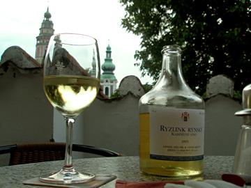 テラス席でお城を眺めながらワインを