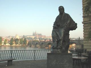 カレル橋たもと、ヴルタヴァ川沿いに建つスメタナ像