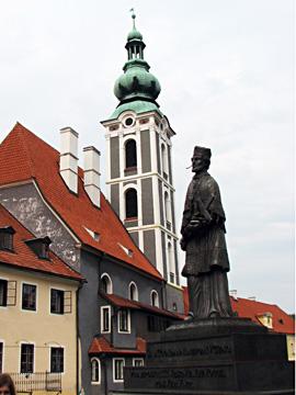 ラゼブニツキー橋に立つ聖ヤン・ネポムツキー像と旧聖ヨシュト教会