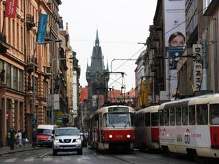 市中心部も器用に走り抜けるトラム(Tramvaj)