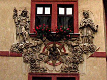 ストゥッコ装飾で描かれた壁面の聖人