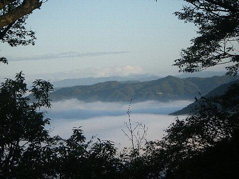 早朝、雲海に覆われるふもとの町
