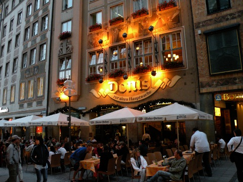 4日目の夕食は300年の歴史を持つDonisl(ドニスル)