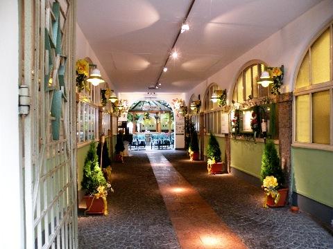 ザルツブルクは建物や中庭を通り抜けて