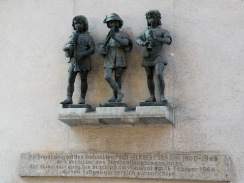 音楽好きミュンヘン、カールス門内側の彫像にも