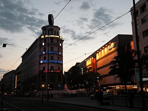 夕暮れのミュンヘン中央駅前