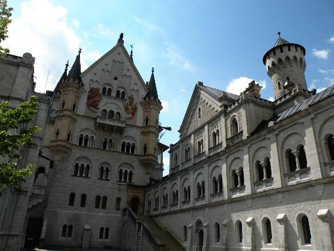 中庭から見上げるノイシュヴァンシュタイン城