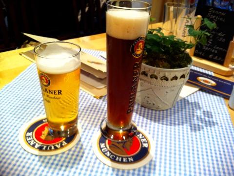 すっきりした切れ味のへレス(Helles)と<br />深いコクの黒ビール、シュヴァルツ(Schwarz)
