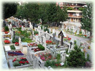教会前の墓地