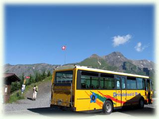 黄色い車体にエーデルワイスの村内バスでグローセ・シャイデックに到着