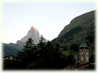 教会と朝焼けマッターホルン