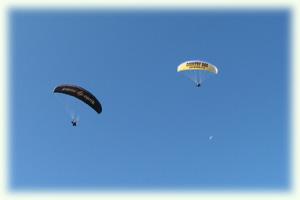 ツェルマットの空を泳ぐパラグライダー