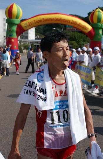 第三名選手Kaneko Seiichib熱得吐舌頭