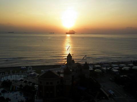 翡翠彎に浮かぶ朝陽