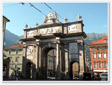「喜びと悲しみ」の記念、凱旋門(Triumphpforte)